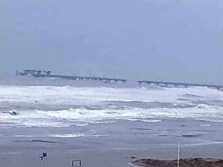 El temporal ha destrozado gran parte de la costa valenciana. En l imagen de Ricardo Bayo, el pantalán de Puerto de Sagunto