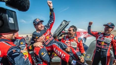 El piloto español, tricampeón del Dakar, celebra el éxito con su equipo al llegar a meta/twitter