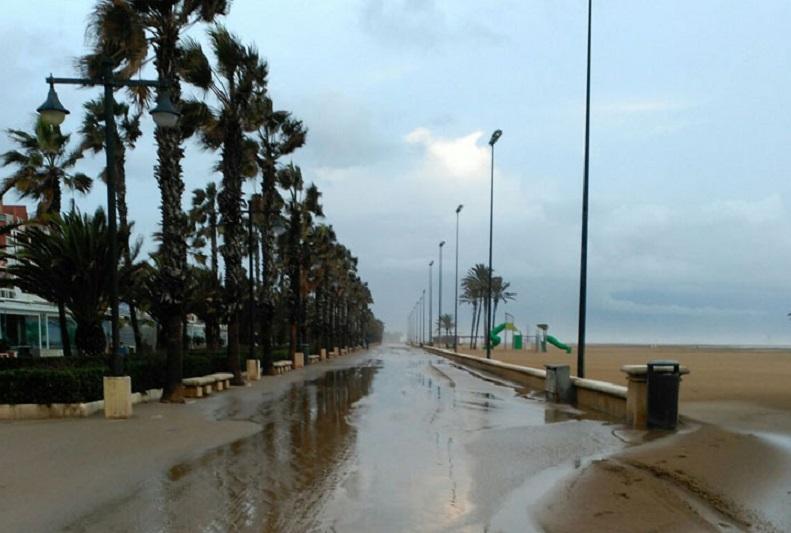 El agua y la arena inundan el paseo marítimo de Valencia/Img. Tina Tarazona