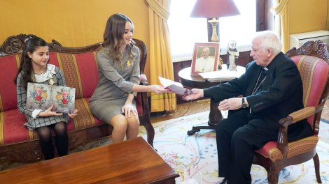 Consuelo y Carla con el cardenal/Img. A.Sáiz