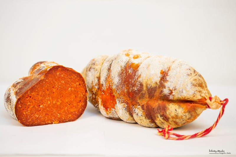 La sobrasada que se define es un embutido crudo curado, elaborado exclusivamente con magro (15-20%) y tocino/panceta (80-85%) de cerdo, adicionado de sal, especias (pimienta, pimentón, ajo), condimentos (incluso licores) y aditivos autorizados./Emb. Requena
