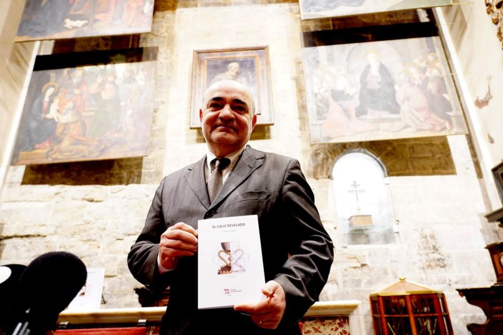 Gabriel Songel, con su libro, en la Catedral de Valencia. /Img. Alberto Sáiz