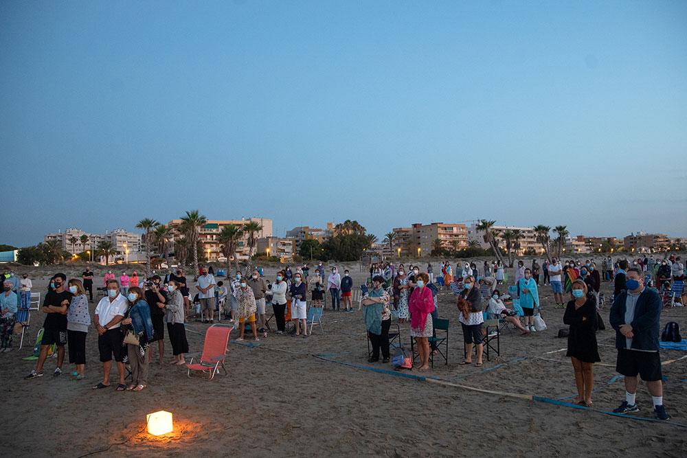 Asistentes a la Eucaristía en la playa de Canet d'En Berenguer/AVAN