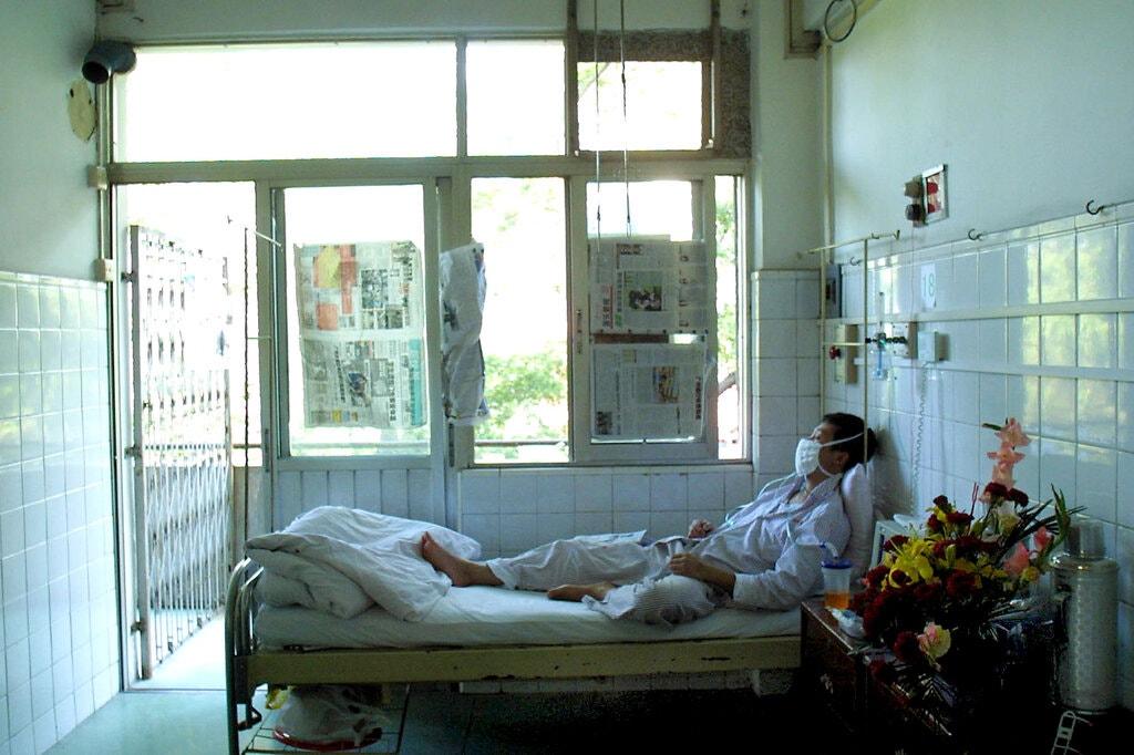 Un paciente que se recuperaba del SARS en China en 2003. Los supervivientes de esa infección, también causada por un coronavirus, todavía portaban células inmunitarias 17 años después./NYT