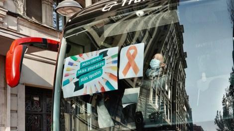 La Mesa por la Educación en libertad a visibilizado este jueves la protesta de la concertada con lazos color naranja en los autobuses de los colegios./Alberto Sáiz.