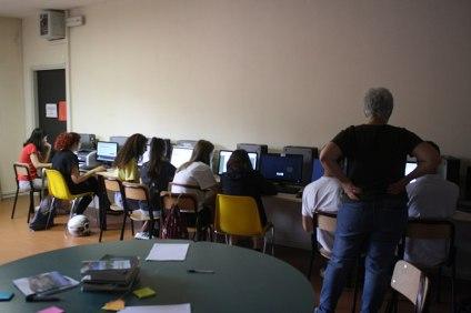 I ragazzi al lavoro presso la sala informatica della Biblioteca comunale di Pisano