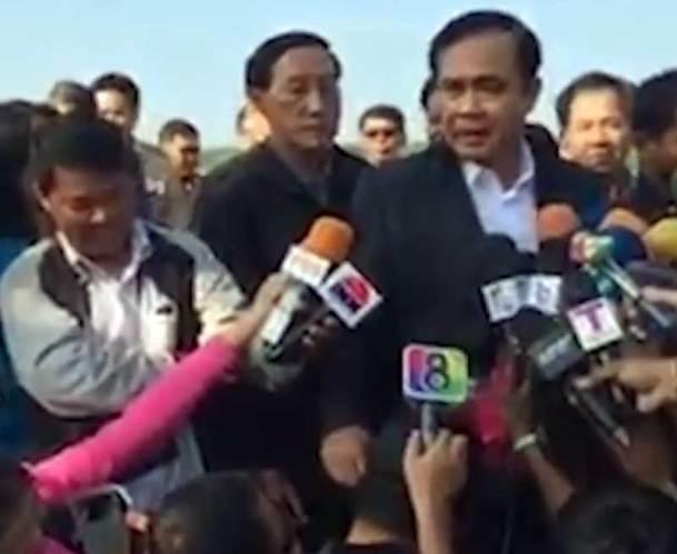 [Vidéo] Le chef de la junte caresse la tête d'un journaliste et fait le buzz