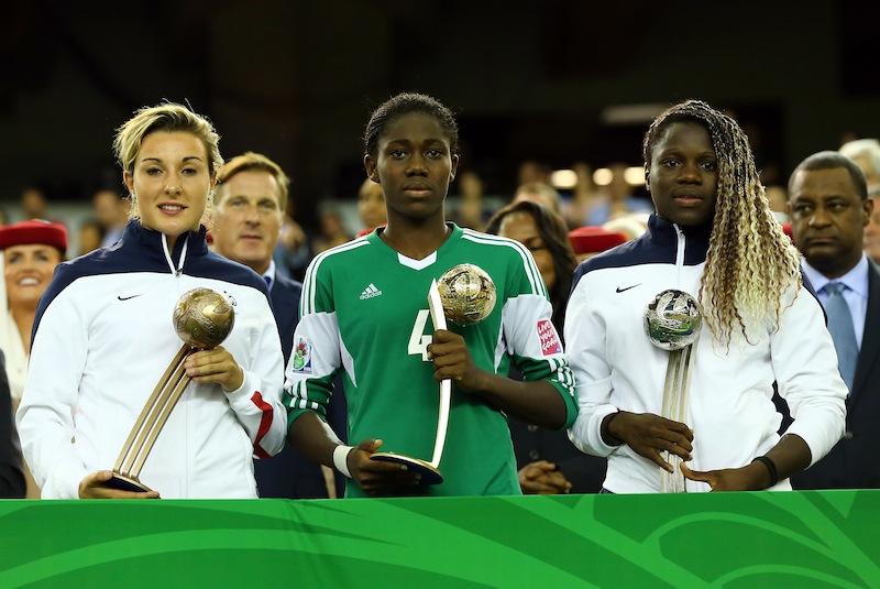 Oshoala se console avec le Ballon d'Or
