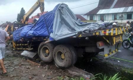 Sabtu (13/12) siang sekitar pukul 12.00 wib kecelakaan beruntun terjadi di Jalan Lintas Padangpanjang-Bukittinggi.