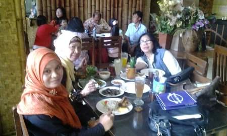 Rapat persiapan panitia Temu Sastra Indonesia-Malaysia (TSIM) di sela-sela makan siang di salah satu rumah makan di Bandung, Jawa Barat. (Foto: Panitia TSIM)