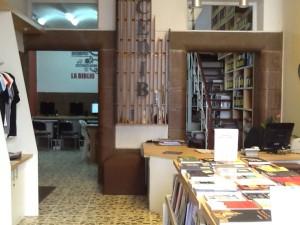 Entrada a la librería al fondo la biblioteca