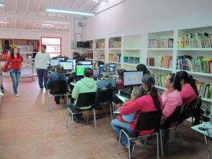 Las computadoras comparten el espacio de las colecciones en la Biblioteca Laboratorio del Espíritu