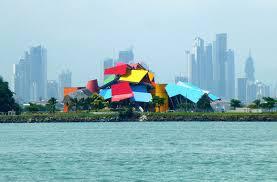 El biomuseo  en la calzada de Amador y al fondo la Ciudad de Panamá