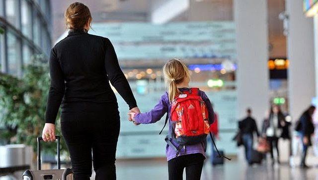 В Украине разрешили вывозить за границу детей без согласия одного из родителей.