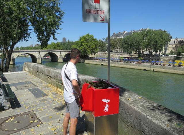 В Париже установили общественные писсуары.