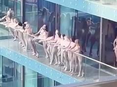 В Дубае задержали более десятка девушек после массового стриптиза.