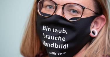 Hörbehinderte wie Stefanie Schmidt haben es in Zeiten von Corona schwer, Menschen von den Lippen abzulesen. Foto: Friso Gentsch/dpa/Archiv