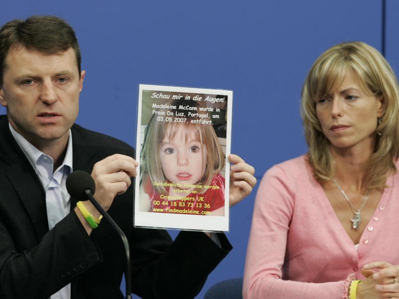 Gerry und Kate McCann zeigen während einer Pressekonferenz im Juni 2007 ein Bild ihrer verschwundenen Tochter Maddie. Foto: Soeren Stache/dpa-Zentralbild/dpa