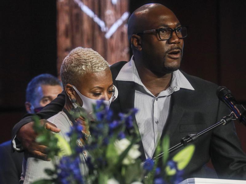 Philonise Floyd, Bruder von George Floyd, und Shareeduh Tate, Cousine von George Floyd, bei der Gedenkfeier in Minneapolis. Foto: Bebeto Matthews/AP/dpa