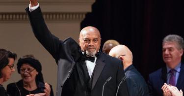 Die Geste von Tommie Smith zählt zu den markantesten Symbolen der Sportgeschichte: 2018 wurde ihm der Dresdner Friedenspreis für sein Engagement für Menschenrechte und gegen Rassismus verliehen. Foto: Oliver Killig/ZB/dpa