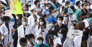 Medizinische Angestellte des Krankenhauses «Kings County Hospital» in Brooklyn zeigen bei einer Kundgebung ihre Solidarität mit der Bewegung «Black Lives Matter». Foto: Mark Lennihan/AP/dpa