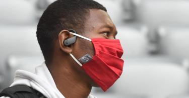 War selbst Opfer rassistischer Beleidigungen: Münchens Verteidiger David Alaba. Foto: Christof Stache/AFP/Pool/dpa