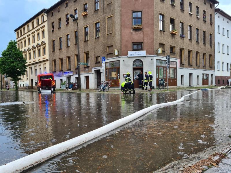 Nach Starkregen pumpt die Feuerwehr inEberwsawlde Wasser von einer Straße. Foto: Julian Stähle/dpa-Zentralbild/dpa