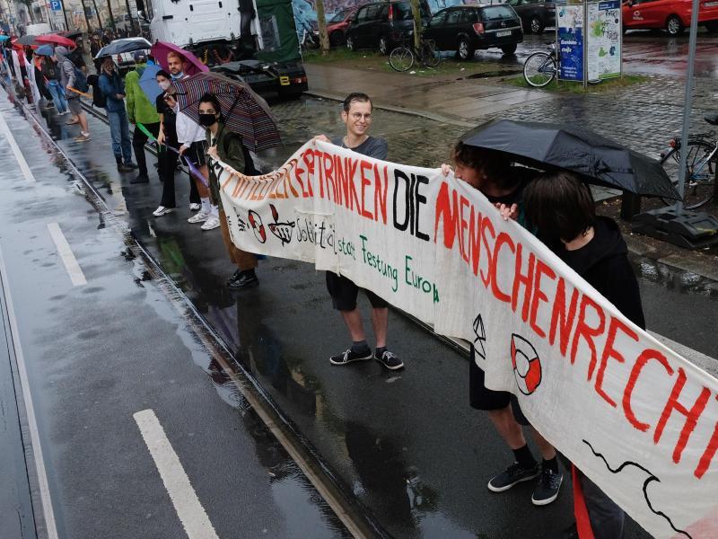 Auch in Leipzig gab es eine Menschenkette - trotz des Regens. Foto: Sebastian Willnow/dpa-Zentralbild/dpa