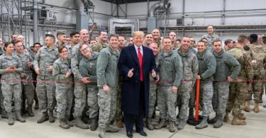 Donald Trump lässt sich 2018 während eines Zwischenstopps auf dem Stützpunkt der US-Luftwaffe in Ramstein mit Militärangehörigen fotografieren. Foto: Shealah Craighead/White House /dpa