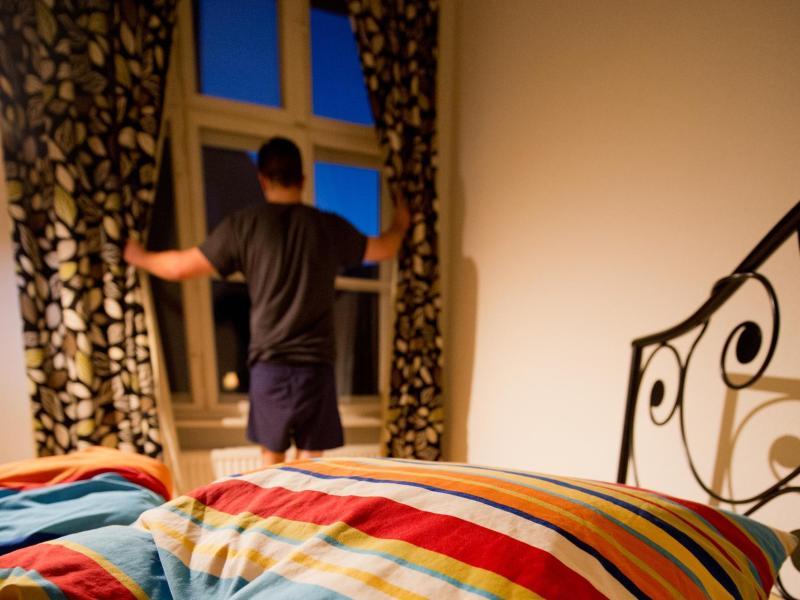 Rituale helfen beim Einschlafen - vor dem Zubettgehen noch kurze Zeit aus dem Fenster zu schauen zum Beispiel. Foto: Franziska Gabbert/dpa-tmn