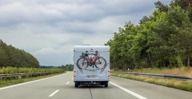 Ein Wohnmobil mit Fahrrädern am Heck auf der Autobahn A24. Als erstes der Bundesländer startet Mecklenburg-Vorpommern in die großen Ferien. Foto: Jens Büttner/dpa-Zentralbild/dpa