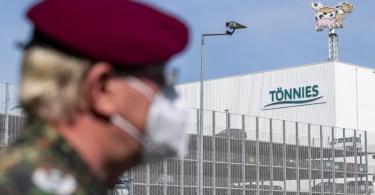 Ein Soldat Bundeswehr vor dem Gebäude der Fleischfabrik Tönnies in Rheda-Wiedenbrück. Foto: David Inderlied/dpa