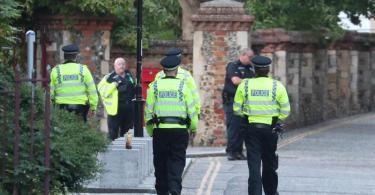 Polizisten sichern das Gebiet des Messerangriffs ab. Foto: Steve Parsons/PA Wire/dpa