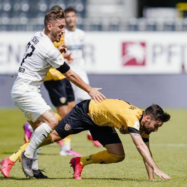 Dresdens Niklas Kreuzer (r) kommt im Zweikampf mit Sandhausens Robin Scheu ins Straucheln. Foto: Uwe Anspach/dpa