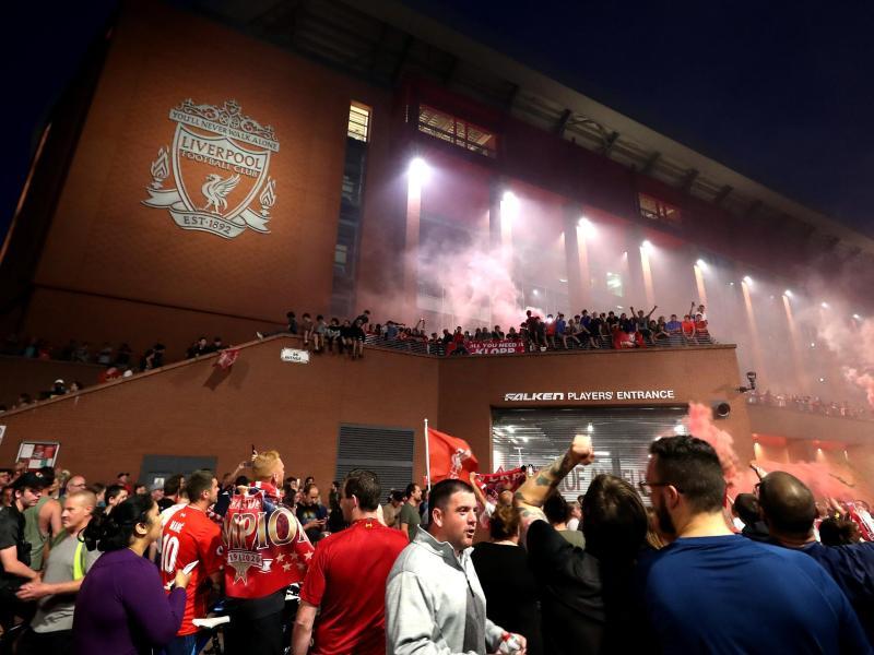 Nach dem Gewinn der Meisterschaft strömten die Fans des FC Liverpool zum Stadion an der Anfield Road. Foto: Peter Byrne/PA Wire/dpa