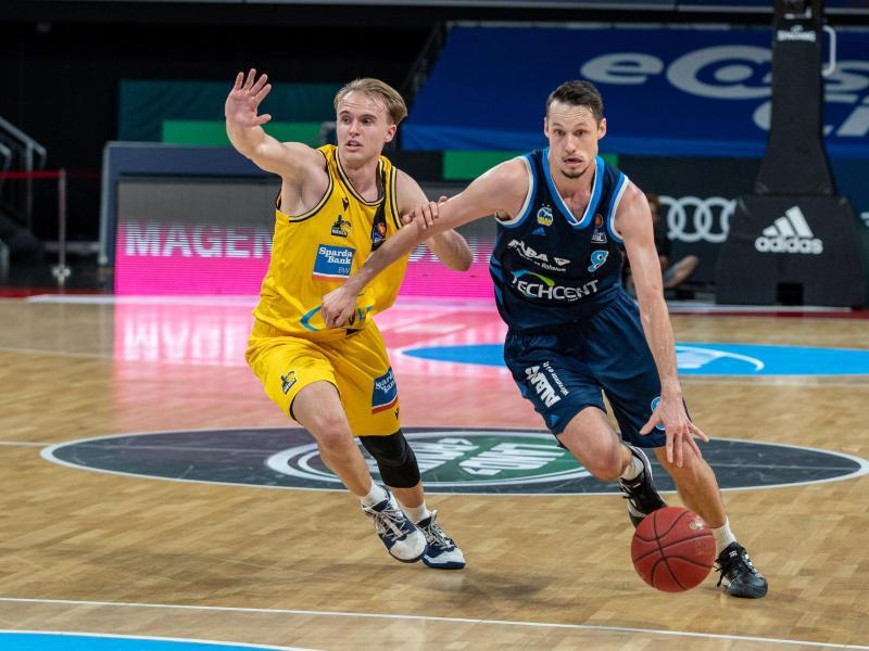 Der Schwede Marcus Eriksson (r) geht an Lukas Herzog vorbei. Foto: Ulf Duda/fotoduda.de/BBL/Pool /dpa