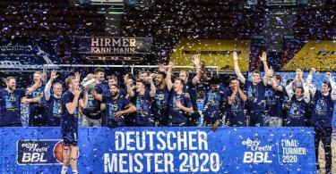 Alba Berlin wurde zum neunten Mal deutscher Basketball-Meister. Foto: Christof Stache/AFP-Pool/dpa