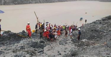 Rettungskräfte beim Einsatz in einem Jade-Bergwerk in Myanmar. Bei einem Erdrutsch sind zahlreiche Arbeiter ums Leben gekommen. Foto: Feuerwehr Myanmar/dpa