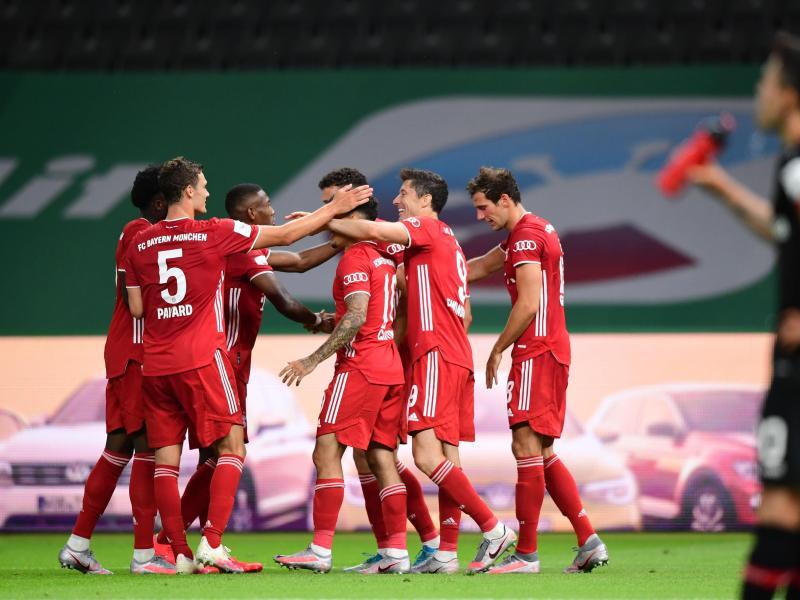 Mit seinem zweiten Treffer machte Lewandowski (2.v.r.) den 20. Pokalsieg der Bayern perfekt. Foto: Robert Michael/dpa-Zentralbild/Pool/dpa