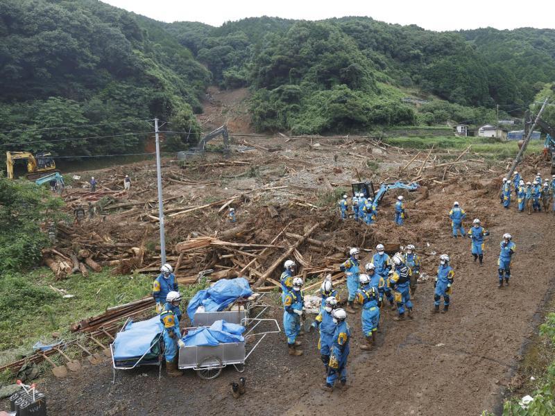 Suche nach vermissten Personen an der Stelle einer Schlammlawine. Foto: Uncredited/Kyodo News/AP/dpa