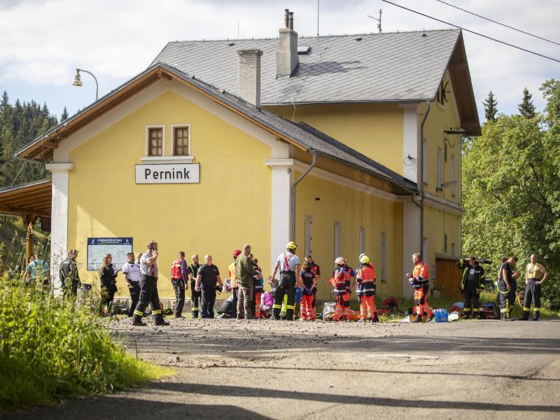 Rettungskräfte stehen am Bahnhof im tschechischen Pernink. Foto: Bernd März/dpa