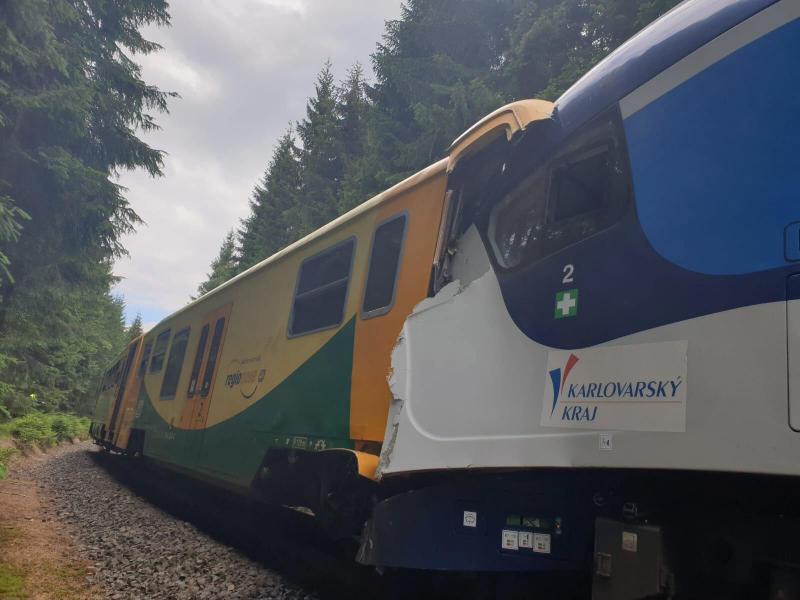 Der eine Zug war auf der eingleisigen Strecke unterwegs vom westböhmischen Karlsbad ins sächsische Johanngeorgenstadt, der andere in umgekehrter Richtung. Foto: Uncredited/Czech Republic Police/AP/dpa