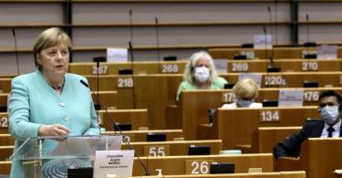 Bundeskanzlerin Angela Merkel spricht im Plenum des Europäischen Parlaments. Foto: Yves Herman/Reuters Pool/AP/dpa