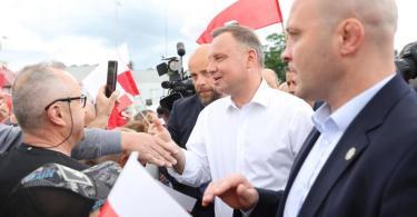 Mit einem hauchdünnen Sieg gegen den europafreundlichen Herausforderer Trzaskowski hat sich Amtsinhaber Duda bei der Präsidentenwahl eine zweite Amtszeit gesichert. Foto: Leszek Szymanski/PAP/dpa