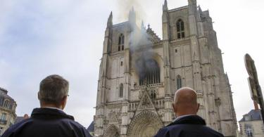 Aus einem Fenster der Kathedrale Saint-Pierre-et-Saint-Paul steigt Rauch auf. Foto: Laetitia Notarianni/AP/dpa