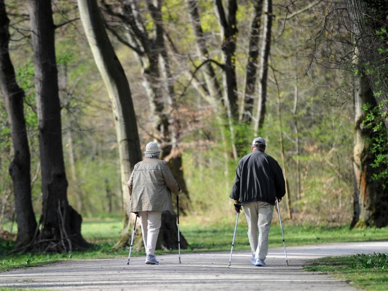 Spaziergänger im Englischen Garten in München - einer Region mit einer höherenLebenserwartung als in Norddeutschland. Foto: picture alliance / dpa