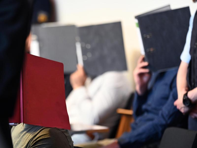 Die Angeklagten sitzen im Juni 2019 vor dem Prozessbeginn im Gerichtssaal. Foto: Patrick Seeger/dpa