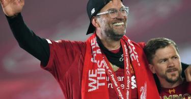 Liverpools Trainer Jürgen Klopp jubelt nach der Meisterehrung über den Titelgewinn. Foto: Paul Ellis/PA Wire/dpa