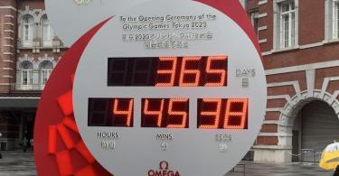 Angehalten: Der Olympia-Countdown Uhr vor dem Zentralbahnhof in Tokio. Foto: Lars Nicolaysen/dpa
