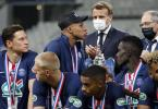 Musste die Glückwünsche von Präsident Emmanuel Macron (M) zum PSG-Pokalsieg auf Krücken entgegennehmen: Kylian Mbappé (3.v.l.). Foto: Francois Mori/AP/dp